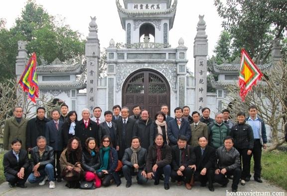 Đoàn Hội đồng dòng họ Vũ - Võ Việt Nam chụp ảnh lưu