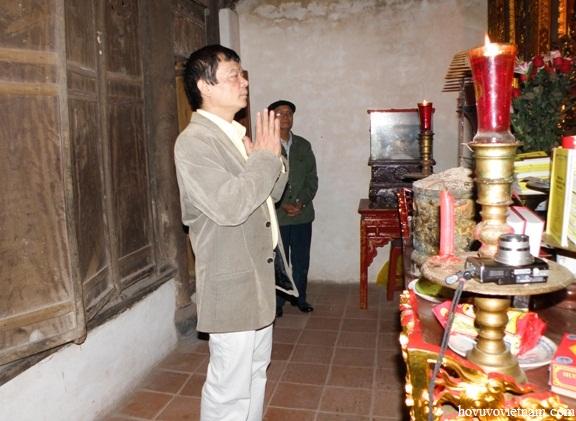 Anh Võ Điện Biên dâng hương trước ban thờ đức Thủy