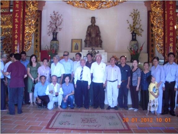 Chụp ảnh lưu niệm trước ban thờ Vũ Công Thủy Tổ